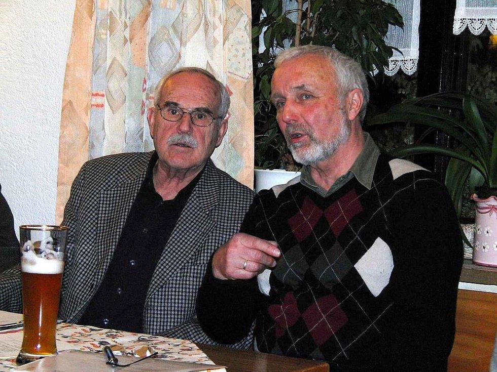 Z výročního jednání Kruhu přátel Furth im Wald Domažlice.  Zleva pokladník spolku Karl Ernst Soukup a předseda spolku Hermann Plötz.