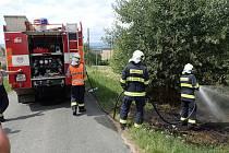 Hasiči zlikvidovali požár starého gauče vyhozeného do příkopu.