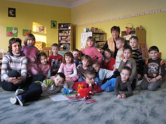 Starší děti - Motýlci mají za paní učitelku Irenu Polívkovou (vlevo).