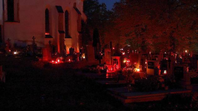 Listopadový večer na hřbitově.