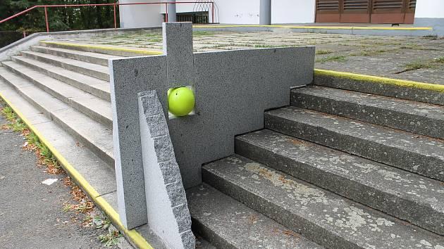 Sochařské dílo u sokolovny.