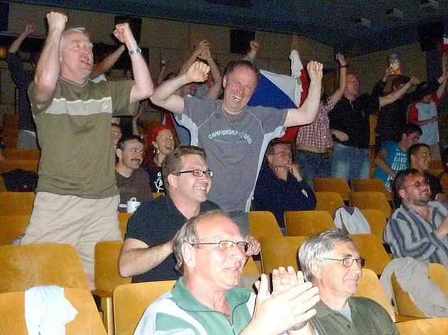 Domažlické kino Čakan promítalo finále MS v hokeji. Devítimetrová uhlopříčka přilákala dvě stě fanoušků.