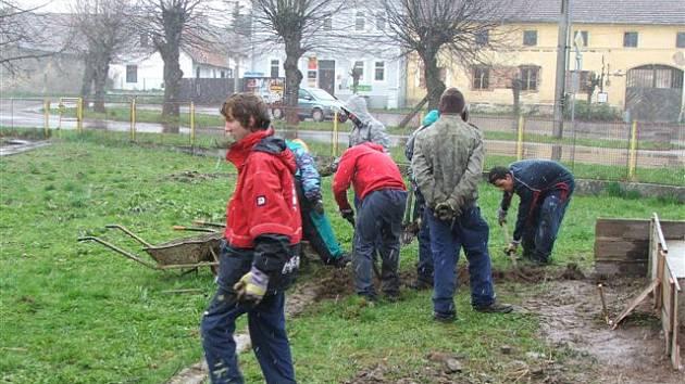 Během devíti dnů zvládli budoucí zahradníci ze ZŠ a OŠ Horšovkský Týn proměnit semněvickou náves