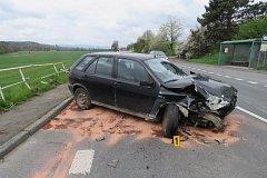 Vůz u Semošic narazil do značky a do kovového zábradlí. Foto: PČR, HZS PK