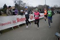 Horšovskotýnská rodačka Vendula Peteříková (na snímku uprostřed) uspěla při běžeckém závodě v Praze.