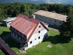 CHÁTRAJÍCÍ BUDOVY v čerchovském areálu zatím hyzdí atraktivní turistickou lokalitu.