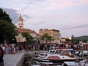 Řada našinců míří na dovolenou do Chorvatska. Tamní letoviska jsou odpoledne i večer zaplněná turisty. Takto to bývá i na ostrově Krk ve stejnojmenném městě.