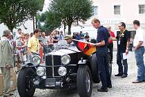 MISTR SVĚTA STARTÉREM. Walter Röhrl se chystá odstartovat nejstarší vůz soutěže, britský Railton z roku 1935