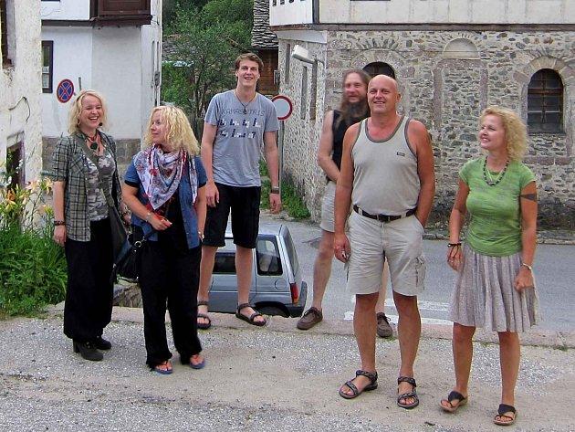 ZRCADLA V BULHARSKU. Zleva Ivana Melicharová, Irena Honzíková, Jan Morysek, Karel Dvořák, Pavel a Martina Moryskovi.
