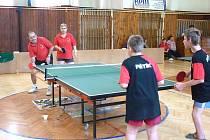 TURNAL V PING PONGU. Na protější straně stolu Jaroslav Kuneš a jeho dcera Zdeňka. Skončili druzí mezi registrovanými hráči.