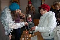 Skauti rozdávali Betlémské světlo v domažlickém kostele.