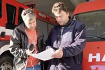 Redaktor Českého rozhlasu Pavel Halla se starostou hasičů Petrem Lahodou.