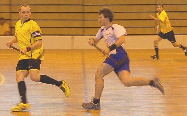 Tlumačovský kapitán Lukáš Huml (zcela vlevo) dovedl v sobotu svůj tým k vítězství v prodloužení finálového zápasu Chodské florbalové ligy nad klatovskými Fireballs (v bílém).