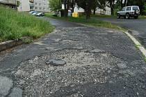 Chátrající chodníky a komunikace na domažlickém sídlišti Kozinovo Pole