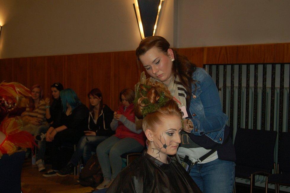 Z druhého ročníku kadeřnické a kosmetické soutěže Zlaté zrcadlo v Domažlicích.