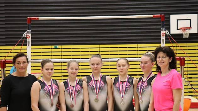 Zleva: Jana Gibfriedová (trenérka), Nelly Brožová, Tereza Kočí, Vanessa Kocková, Šarlota Bauerová, Sára Kulhavá a její trenérka z Chrudimi Simona Linková.