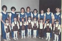 Fotografie z nedělní akce Šibřinky, která se uskutečnila v roce 1979. Na fotce jsou rodiče se zajíčky.