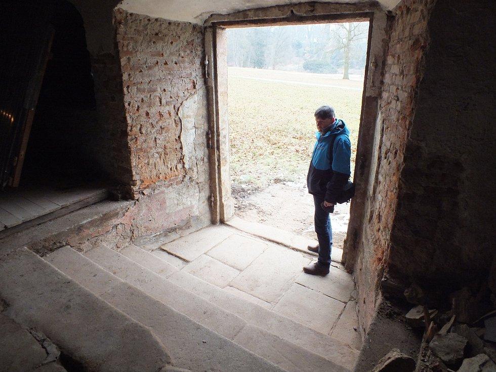 Již odkryté schody do zámeckého parku se starostou Mothejzíkem