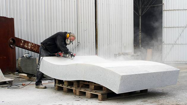 Sochař Václav Fiala ve své klatovské dílně opracovává kamennou desku, která je součástí pomníku osvobození.
