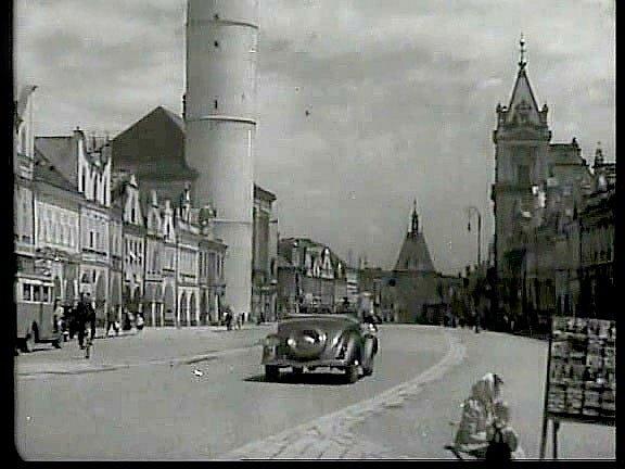 Náměstí vroce 1939, jak ho vidíme vzáběru zpáté minuty filmu, je příjemně prosté automobilů.