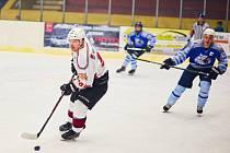 Hokejisté HC Domažlice (v modrém) vypadli ve čtvrtfinále KLM s později finálovým soupeřem Chebu HC Klatovy B.