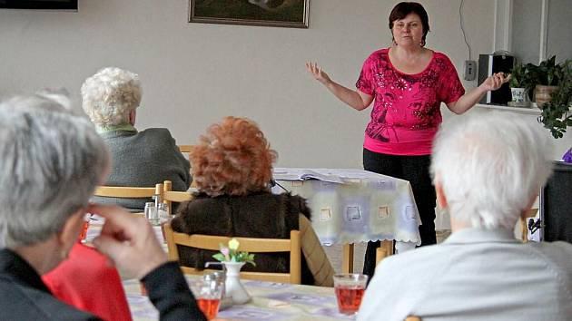 Trenérka paměti v domažlickém domově pro seniory.