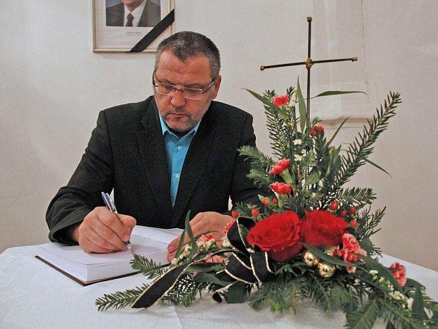 Kondolenční kniha na Městském úřadě v Domažlicích.