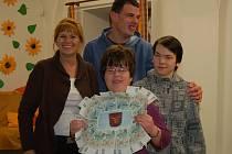 Marie Novotná předala klientům chráněné dílny 2 500 korun. Šlo o slíbený výtěžek z prodaných adventních hrníčků.