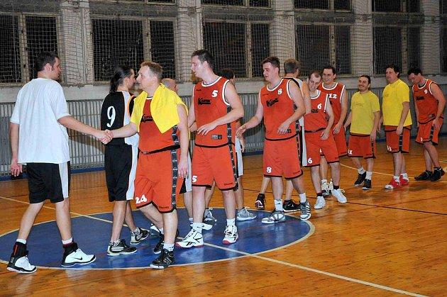 Z utkání basketbalistů Holýšova se soupeřem z Tachova.