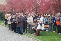 Ze setkání ke Dni boje za svobodu a demokraci u pamětní desky třetímu odboji v zahradě Chodského hradu.