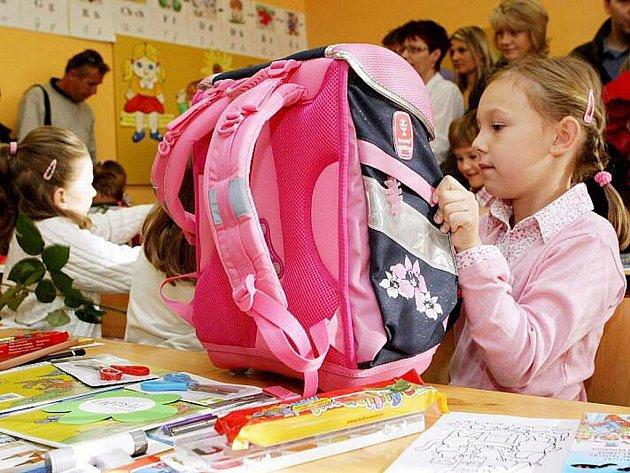 Klasické aktovky zkůže se dvěma zasouvacími zámky dnes nahradily pestrobarevné školní batohy nebo brašny.