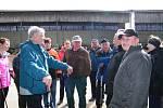 NORDIC WALK pochod zakončili ve velkokapacitním kravínem ve Staňkově, kde si celá výprava pořídila společnou fotografii.