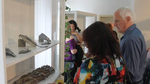 Nová výstava Kouzlo spojení kamene a kovu je nyní k vidění v kdyňském Muzeu příhraničí.