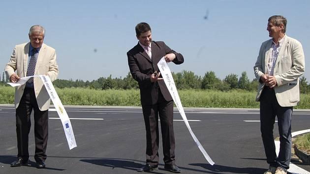 Ačkoliv motoristé opravenou silnici už využívají několik týdnů , slavnostní předání stavby se konalo v pátek . Pásku přestřihli i Jaroslav Bauer, Jan Bozděch a Štěpán Sladký.