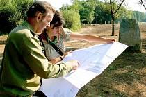 Josef Konopík ukazuje plány opravených rybníků Evě Mundilové, projektové manažerce Státního fondu životního prostředí.