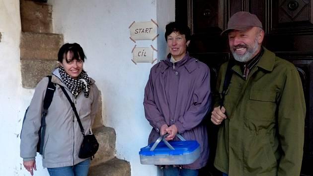 NA START POCHODU PŘIŠLI JAKO PRVNÍ. S buchtou v přenosném boxu Milada Fritzová (uprostřed), dále Václav Fritz a Marie Jánská.