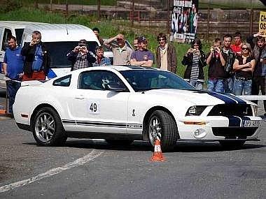 Na archivním snímku ze slalomu do Korábu je Karel Lehmann ml. s Fordem Mustang Shelby.