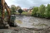 Kovářovic rybníček je už téměř odbahněn. Vyrůstá zde i nová hráz, kudy povede obecní kanalizace.