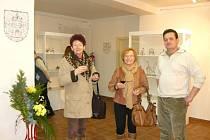Autor výstava Ladislav Lokajíček s návštěvnicemi výstavy.