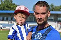 Petr Mužík po utkání se synkem v náručí.