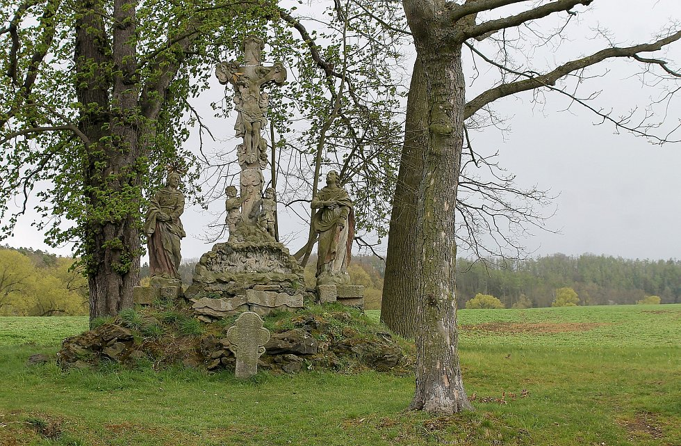 Sousoší Kalvárie a kříž nedaleko kaple a zámku v Chotiměři.