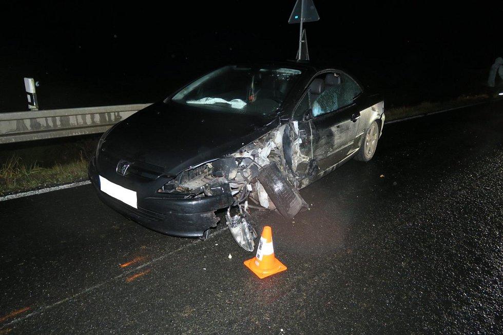 Policie pátrá po řidiči, který nechal nabouraný vůz na místě a utekl.