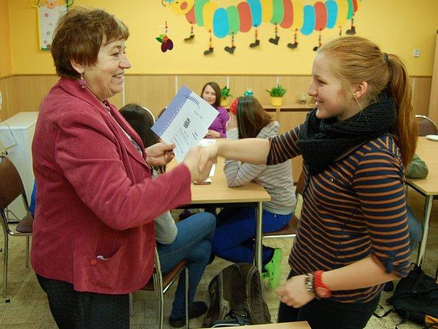 KATEŘINA VERUŇKOVÁ přijímá diplom za vítězství v konverzační soutěži.