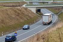 Nově bychom měli, pokud se situace nezmění, zaplatit v SRN nejen na dálnicích, ale také na silnicích označených modrou značkou s bílým autem.