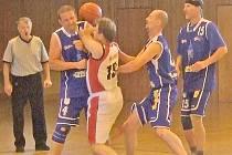 POD KOŠ TĚ NEPUSTÍM. Domažličtí veteráni se snaží odrazit útok borců z Karlových Varů, které turnaj nakonec vyhrály.