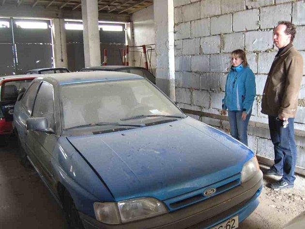 Zajištěná vozidla jsou převezena do garáží v areálu Okresního ředitelství Policie ČR v Domažlicích.