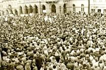 Náměstí v Domažlicích plnily v listopadových dnech roku 1989 tisíce lidí. Dochovalo se ale žalostně málo snímků. Foto: archiv Miloslava Fialy