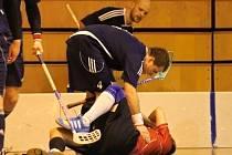 Druholigoví florbalisté FbC Jiskra Domažlice přišli na severu Čech o dva hráče a dohrávali bez možnosti střídat.