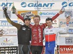 Sparťanský rychlík Jiří Nesveda (uprostřed) slaví vítězství v letošní premiéře Giant ligyv objetí druhého Františka Raboně (vlevo) a třetího Milana Kadlece