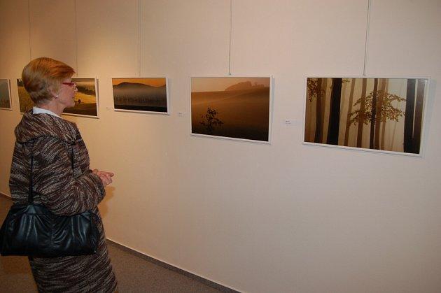 Vernisáž výstavy fotografií Karla Ihy a Vratislava Baštáře v domažlické galerii.